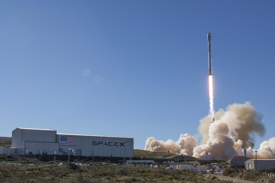 Lanzamiento de un cohete espacial de la serie Falcon 9 el 14 de enero de...