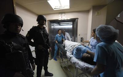 Policías resguardan el hospital Roosvelt de Ciudad de Guatemala,...