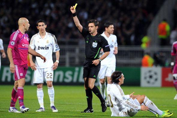 Por momentos, los jugadores del Lyon abusaron de las faltas.