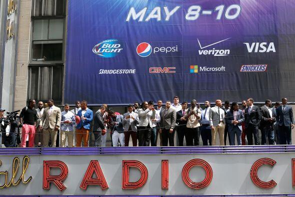 Los 30 prospectos se tomaron la foto en la marquesina del Radio City Mus...