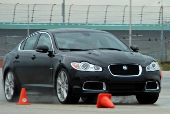 Los dueños de los Jaguar de la Serie R disfrutan y aprenden en algunos d...