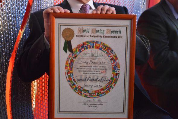 Esta es una de las placas que el Consejo Mundial de Boxeo le otorgó a Do...