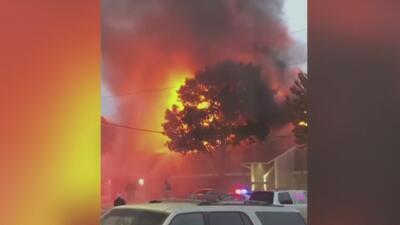 Voraz incendio afecta decenas de apartamentos en un complejo residencial en Dallas