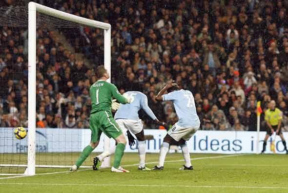 Adebayor hizo dos goles con el Manchester City, pero uno fue en propia p...