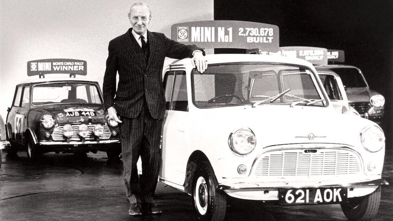 Sir Alec Issigonis creador del Mini posa en 1969 con el primer modelo co...