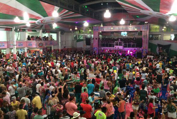 En este lugar se reúnen cientos de fanáticos a practicar samba para el C...