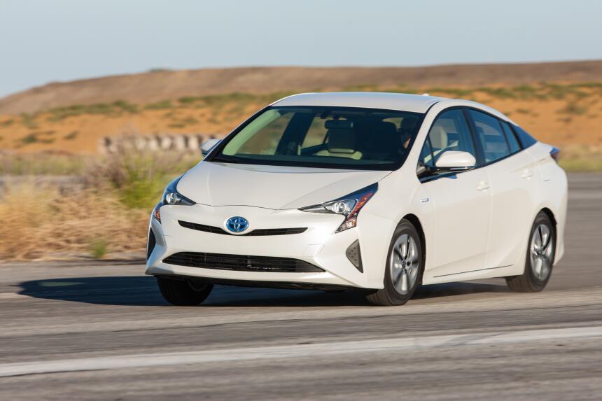 Limpios y potentes: Lo último en autos ecológicos 2016_Toyota_Prius_Two_...