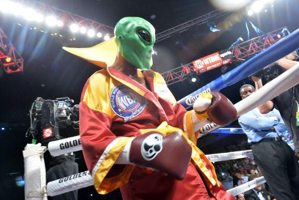 Bernar Hopkins subió al ring con su máscara de The Alien p...