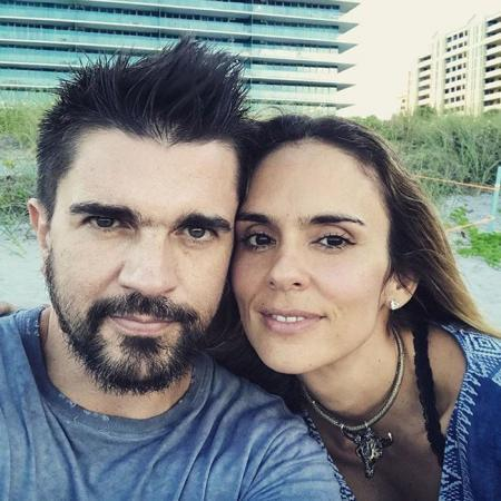 Juanes y Karen Martínez en la fotografía compartida por el músico en (c)...