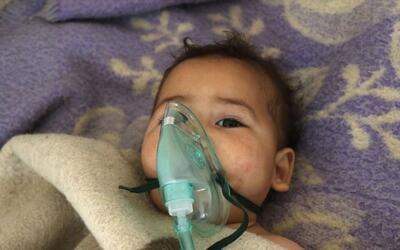 Un niño recibe tratamiento en un pequeño hospital del pueb...