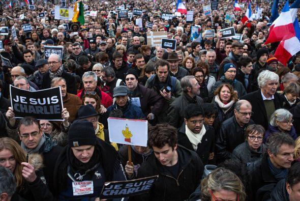 Los manifestantes en camino a la Plaza de la República.