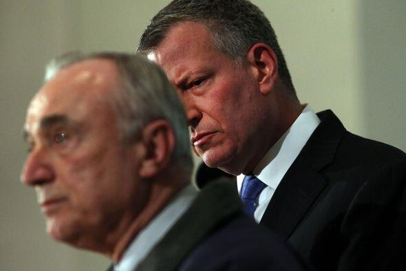 El comisionado de Policía de Nueva York, William J. Bratton (izquierda),...