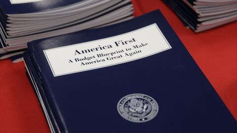 """Ejemplares del primer presupuesto de Donald Trump con el lema """"Esta..."""
