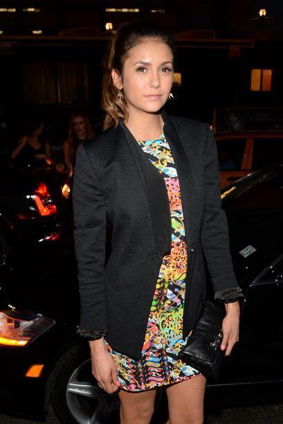 La actriz Nina Dobrev también llegó muy elegante y colorida a los desfil...