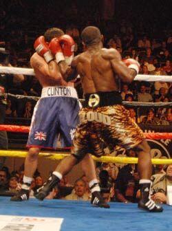 En varios pasajes de la pelea Cloud acorraló a Clinton Woods contra las...