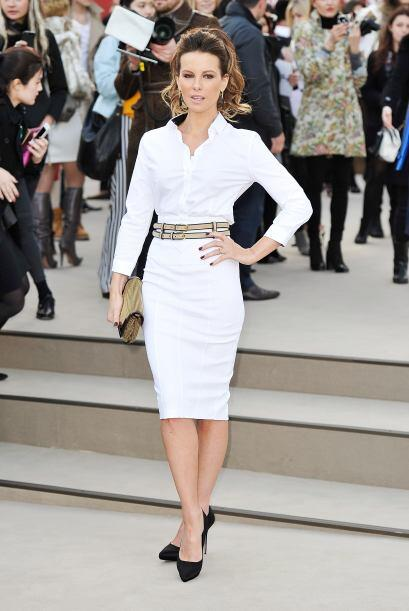 Kate Beckinsale optó por un 'look' 'All White', y logró un contraste ext...