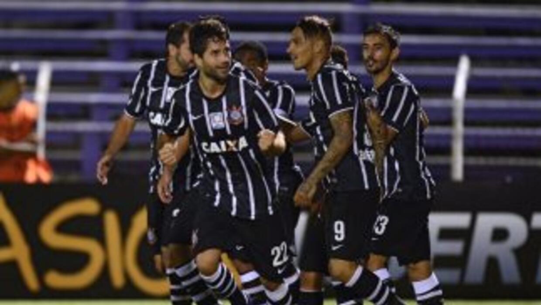 Corinthians festeja uno de los goles ante Danubio