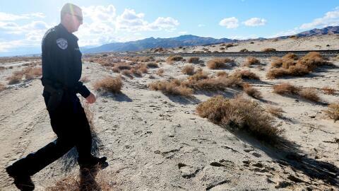 Alguacil camina por el desierto de Mojave (imagen de archivo).