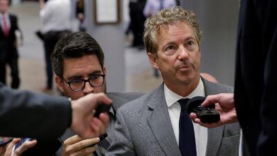 El senador republicano por Kentucky Rand Paul habla con periodistas en C...