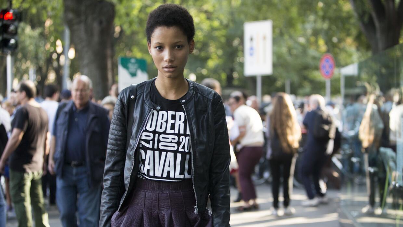 La modelo se destacó gracias a su afro corto sobre la pasarela de Prada.