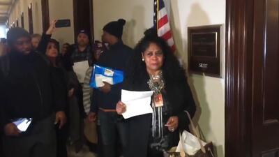 """""""Me van a desahuciar"""": entre lágrimas, una empleada federal lleva sus facturas al líder republicano en el Senado"""