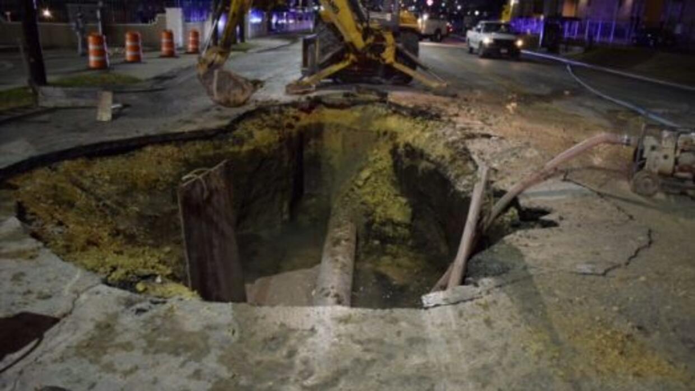 Una tubería se rompió cerca de la media noche, provocando un agujero en...