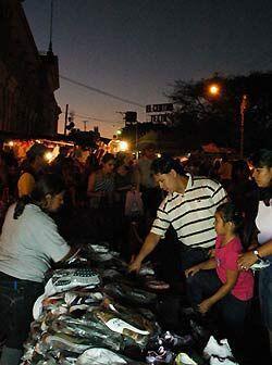 Pero los Salvadoreños parecen no estar tan preocupados por la crisis mun...