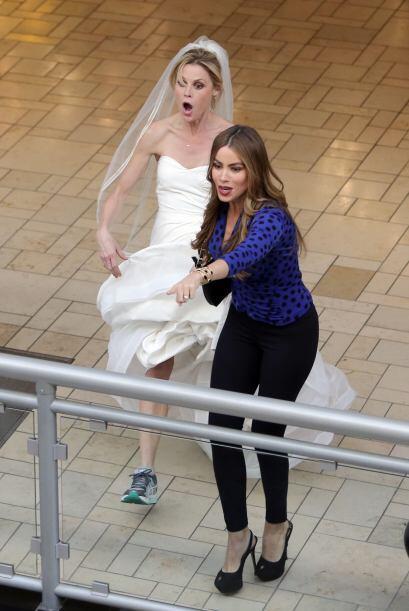 La sexy colombiana se las arregló para correr por un centro comercial tr...