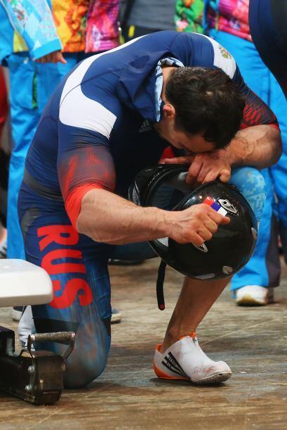 Alexey Voevoda se inca luego de que su equipo ganara oro en la prueba de...