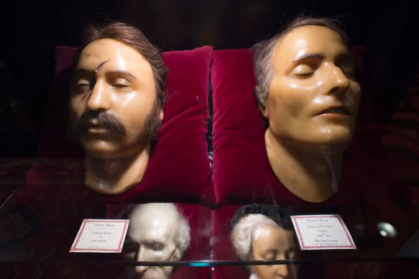 La máscara de cera de la derecha está identificada como la del emperador...