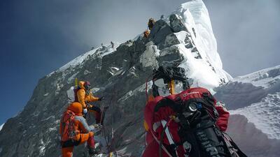 Un grupo de montañistas escalando el Everest en una expedici&oacu...