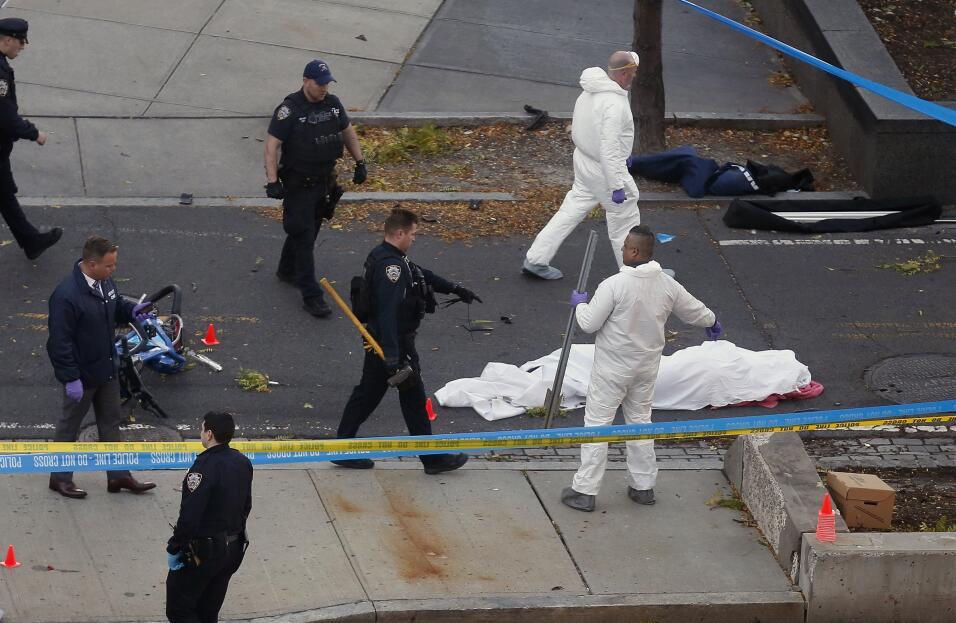 Autoridades en la escena donde resultaron 8 personas muertas. Bill de Bl...