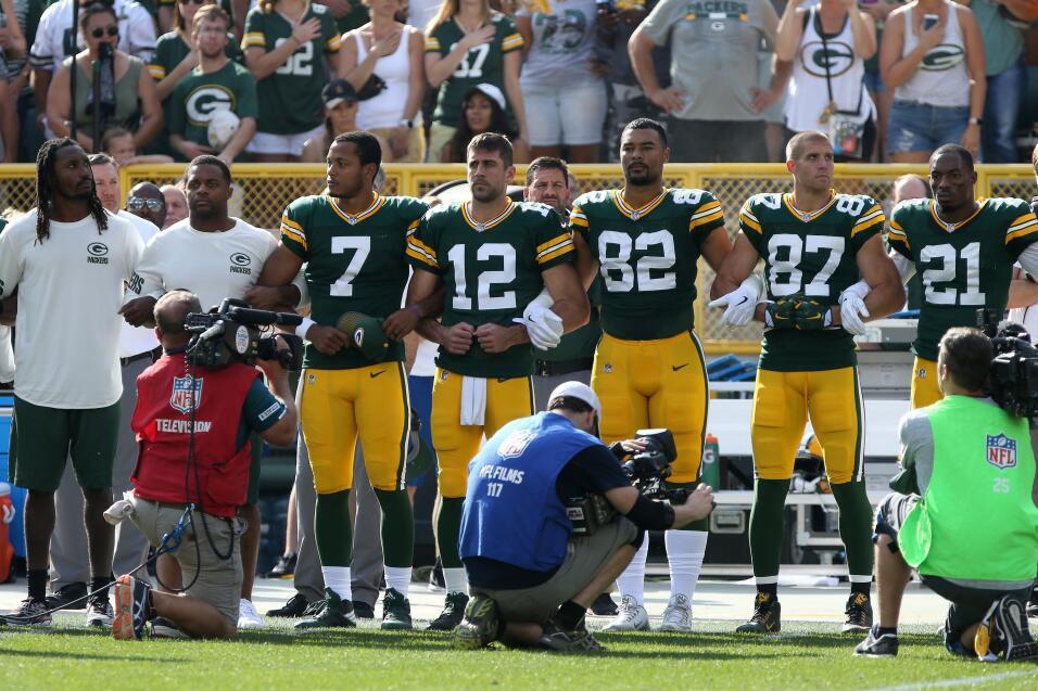 Lance Kendricks y Martellus Bennett (Green Bay Packers) se quedaron sent...