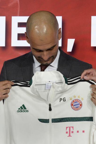 Le entregaron al técnico una chamarra de su nuevo club.