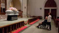 El expresidente George H. W. Bush frente al ataúd de su esposa, la expri...