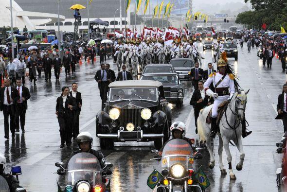 La transmisión de mando comenzó bajo un intenso aguacero cuando Rousseff...