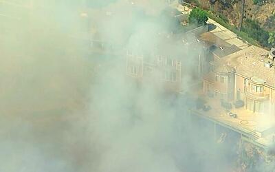Al menos 70 propiedades estuvieron en riesgo por incendio en Burbank, Ca...