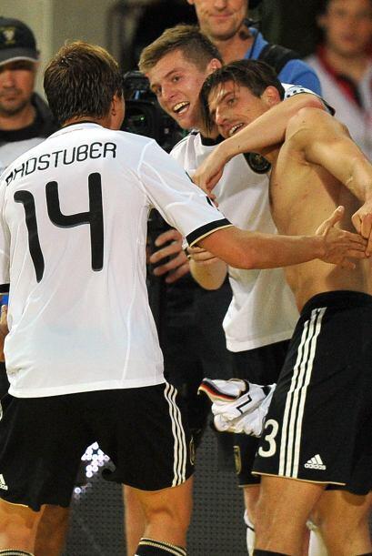 Pero los alemanes casi desnudaron a Mario Gómez tras anotar el tanto del...