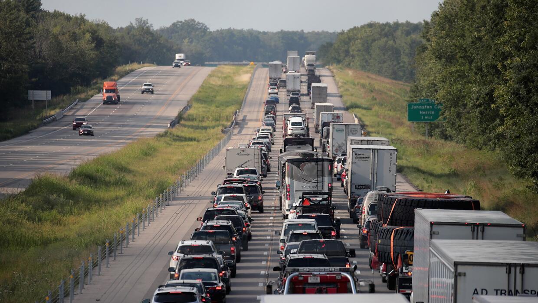 Las carreteras en EE.UU. experimentan altos flujos de automóviles. En la...