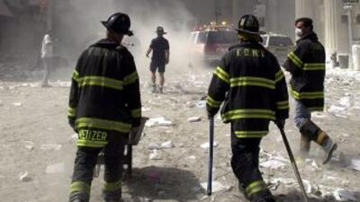 Equipos de rescate en las cercanías de las Torres Gemelas el 11 de septi...