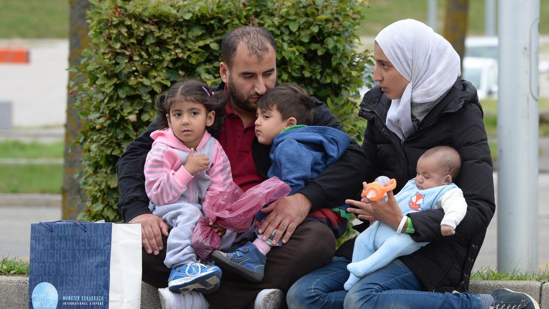 Una familia de refugiados sirios trata de llegar a Grecia en busca del a...