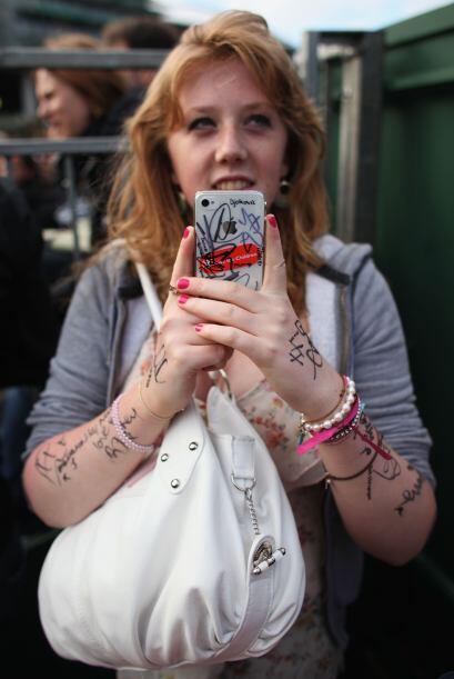 Lo que hacen los fans: ¡Esta chica lleva varios autógrafos en la piel y...