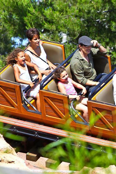 La familia disfrutó de todo el parque de diversiones. Mira aquí más vide...
