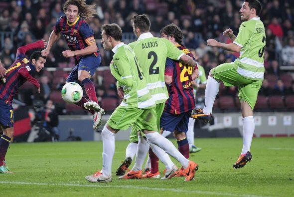 El capitán Carles Puyol, también reapareciendo, sí fue titular y se le v...
