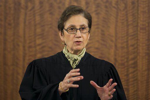 La juez del caso, Susan E. Garsh, instruyendo al jurado antes de que se...