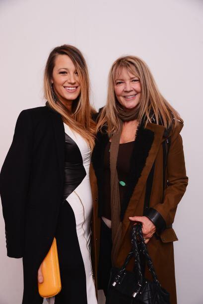 ¡Aquí al lado de su mamá, la señora Elaine Lively!