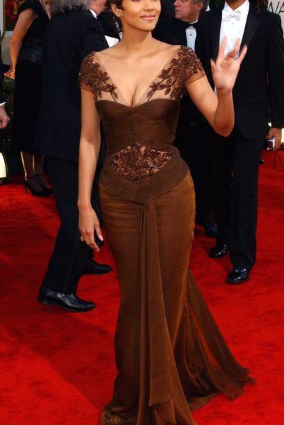 Halle Berry optó por un vestido muy entallado en color arena y co...