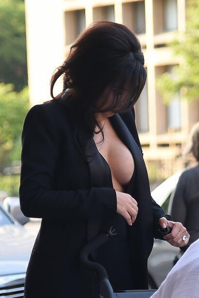 """¡En corte en 'V' de su prenda dejó más de la mitad de sus """"nenas"""" al air..."""