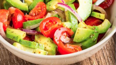 Un tomate, media cebolla y un cuarto de aguacate es todo lo que necesitas.