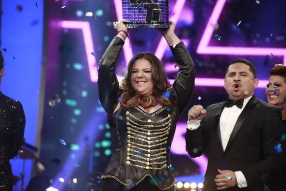 Yazaira levantando el trofeo de ganadora.